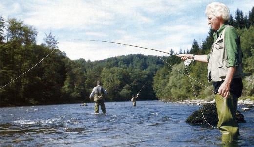 Angeln am Fluss Traun in Östrreich im Salzkammergut
