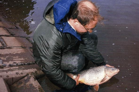 Angler Dave Ladds - unverzagt am winterlichen Trent