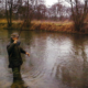 Angler Dennis Flack angelt am Fluss Little Ouse in England