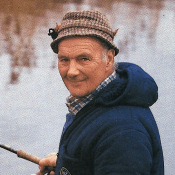 Angler Dennis Flack angelt am Fluss Little Ouse in England