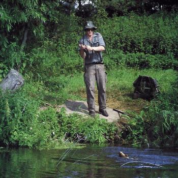 Angler Martin Hooper an den Throop Fisheries in England