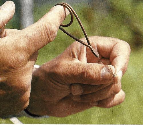 Selbstbinden von Fliegen, das wichtigste Werkzeug ist der Bindestock